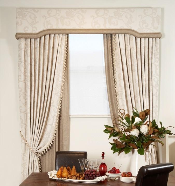 Окна, украшенные жесткими ламбрекенами, всегда выглядят стильно и аккуратно