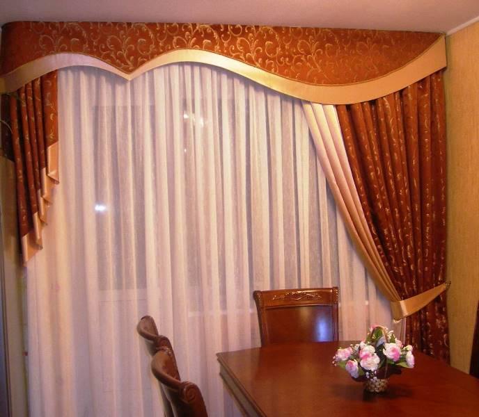 Декоративная ткань берется абсолютно любая в тон шторам. Часто она дополнительно украшается джаботами, свагами, бахромой и пр.