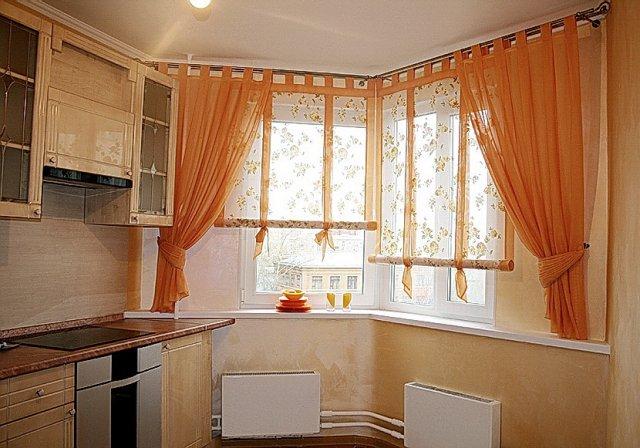 Смешение материалов, стилей в оформлении окна позволяет расширить декораторские возможности небольших помещений