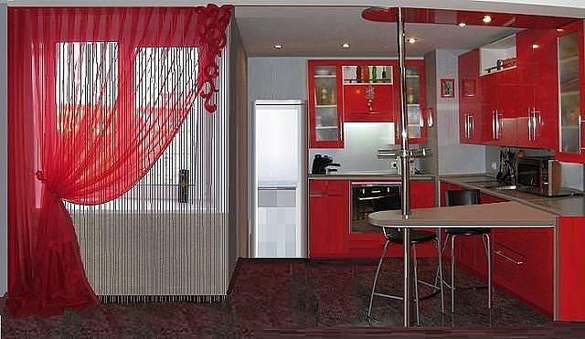 Нитевые шторы, или как их часто называют, кисея, способны создать уютную домашнюю атмосферу в любой комнате дома
