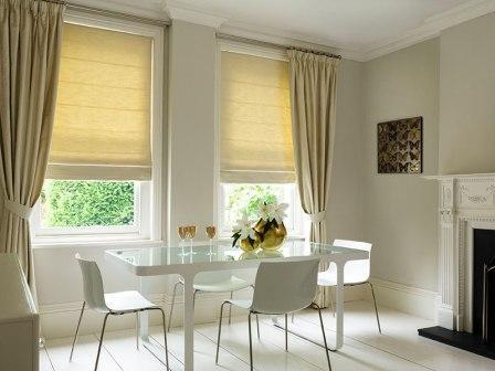 Одним из наиболее качественных вариантов оформления оконного проема являются римские шторы