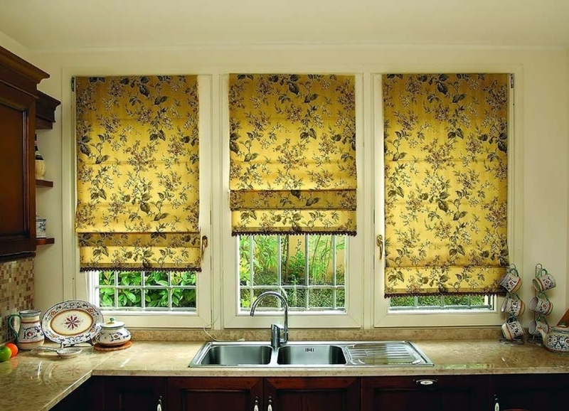 Обычно римская штора представляет собой ровное полотнище ткани, при открывании поднимающееся мягкими или жесткими складками