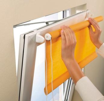 Простой механизм позволяет аккуратно сворачивать рулонные шторы