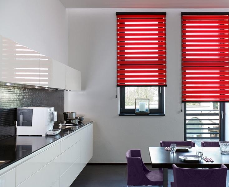 Полоски плотной ткани чередуются с прозрачными, за счет этого можно самостоятельно регулировать уровень освещенности в комнате