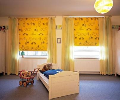 Практически в каждом офисе и во многих квартирах можно увидеть рулонные шторы