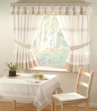 Большая часть хозяек желает, чтобы занавески на окнах создавали атмосферу тепла и уюта