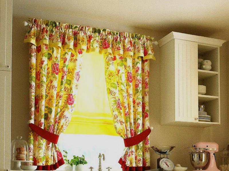 Современный дизайн занавесок для кухни имеет немалое количество отличительных черт