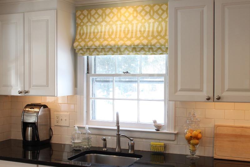 Практичность занавесок подразумевает под собой то, что они должны легко стираться, поскольку в кухонном помещении ежедневно готовится пища и практически невозможно избежать различного рода загрязнений