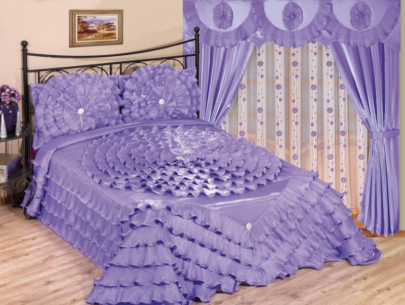 Дизайнеры давно нашли выгодный вариант оформления спальных помещений с помощью одних штор и покрывала для кровати