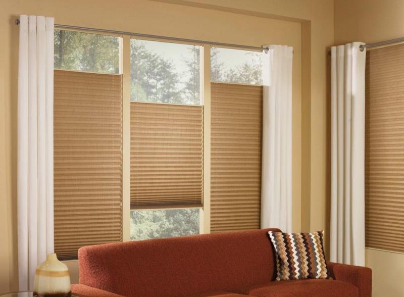 Большой популярностью пользуются рулонно-кассетные изделия для обрамления окна
