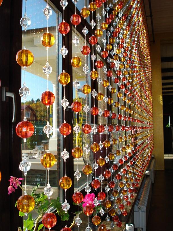 Непосредственно бусы, бисер, стеклярус, надетые на леску, могут являться основными составляющими декоративных занавесей
