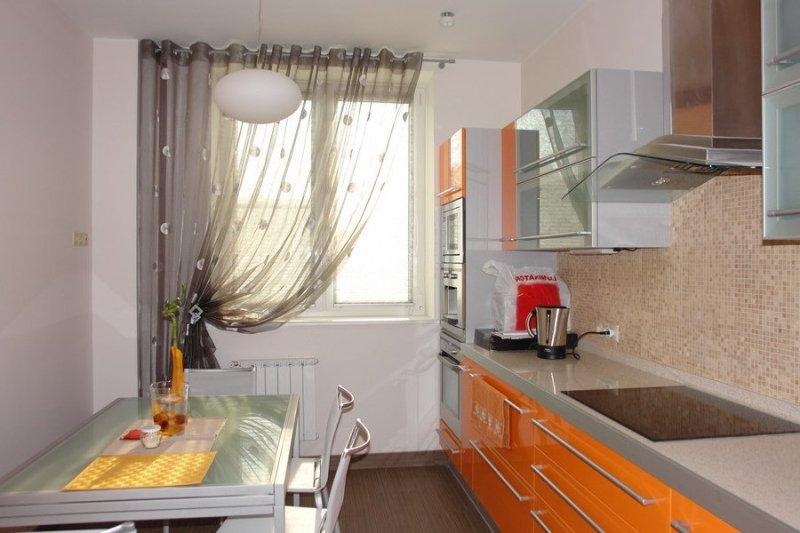 Немаловажную роль в интерьере кухни играют правильно подобранные и оригинальные занавески на окнах