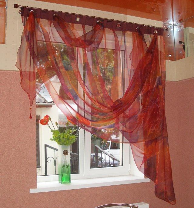 В зависимости от площади комнаты подбирается ткань и модель шторы на один бок