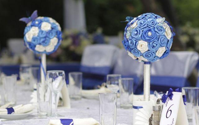 С помощью миниатюрных деревьев можно украсить праздничный свадебный стол