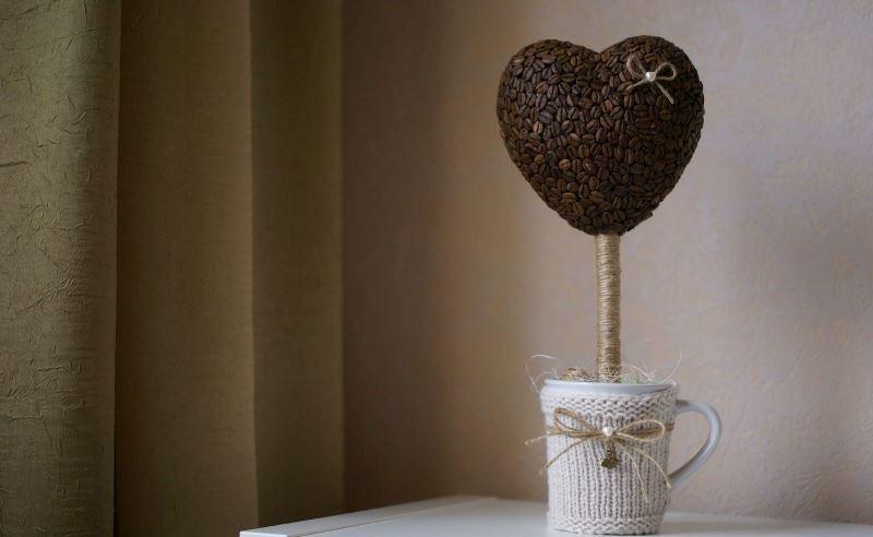 Также из пенопласта вырезают основы для фигурных топиариев своими руками (например, дерево любви потребует основы в виде сердца)