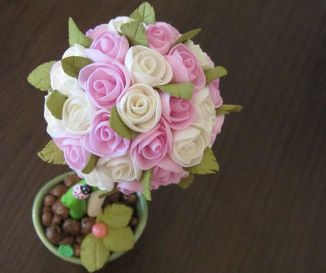 Цветы делаются именно из фоамирана, потому что данный материал является подходящим для создания небольших деталей