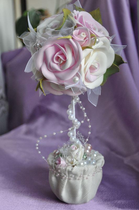 Отличным решением будет украсить топиарий маленькими цветами или большими розами