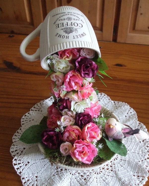 Можно ведь сделать из чашек и блюдец замечательные сувениры для родственников или друзей