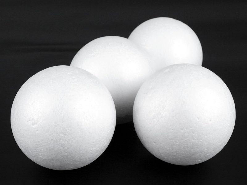 Для изготовления основы кроны можно использовать пенопласт, газеты, лотки для перевозки яиц, бумагу, салфетки, фольгу и нитки