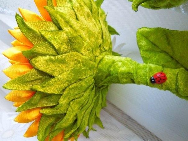 Топиарии из подсолнухов можно украсить, прикрепив к готовой композиции нарядную бабочку или божью коровку