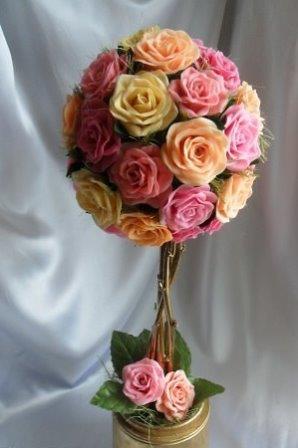 Среди вариантов декорирования жилища топиарий из розы выделяется особо