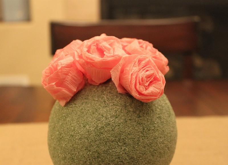 Цветки очень осторожно клеят к основе