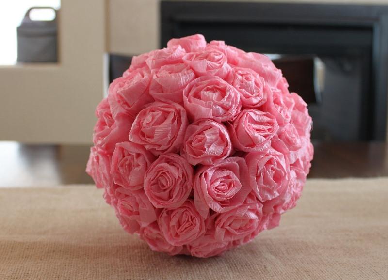 Преимущество гофрированной и креповой бумаги в том, что на их основе выходит очень достоверный топиарий из роз