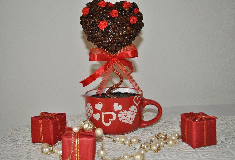 Топиарий из кофе можно дополнительно украсить