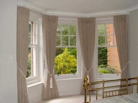Если подобрать шторы на эркер из трех окон грамотно, то интерьер помещения существенно преобразится