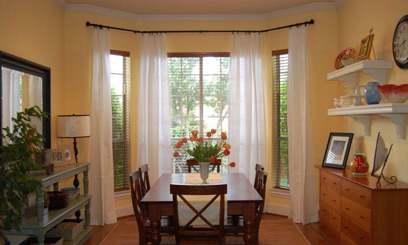 Эркерное окно - это особый элемент комнаты, который позволяет не только впустить в помещение максимум солнечного света, но и визуально расширить геометрию пространства