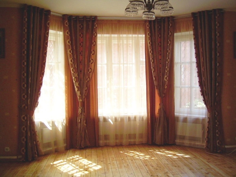 Плотные шторы на эркерное окно спальни - идеальное решение проблемы яркого солнца
