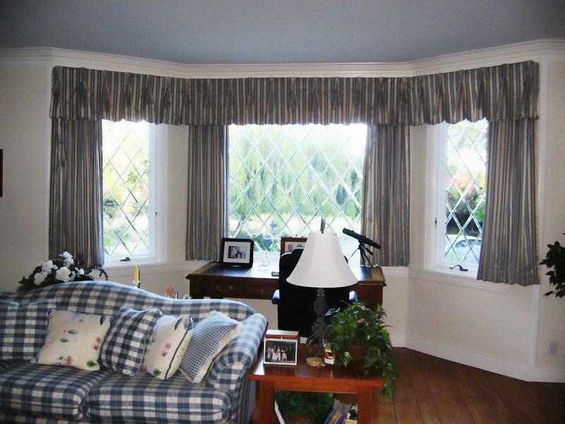 Ламбрекен - это интересный дизайнерский элемент, который способен придать эркерному окну красивый и элегантный внешний вид