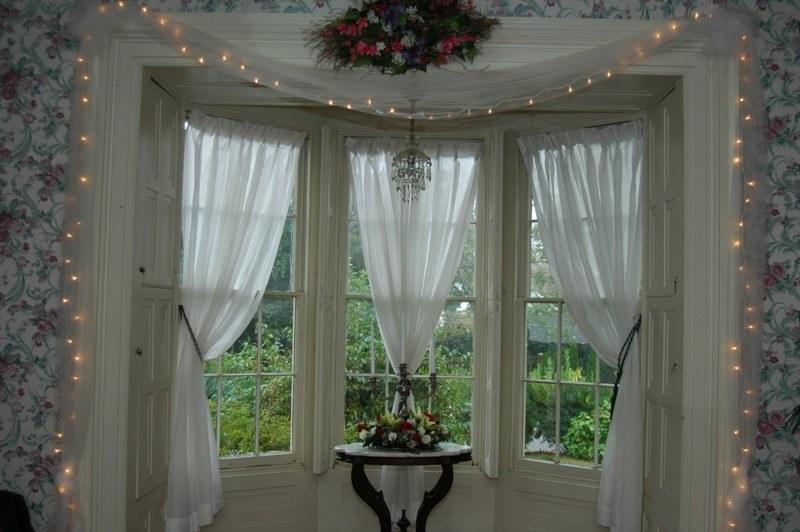 Следует избегать темных и тяжелых тканей в декоре комнат, куда поступает много солнечного света