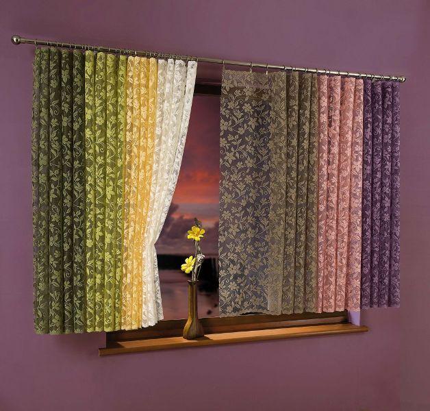 Цвет тюля может быть и насыщенным - желтым или бирюзовым, в этом случае дизайнеры рекомендуют использовать их без дополнительных элементов или сочетать гармоничные оттенки