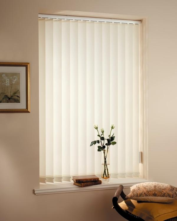 Вертикальные жалюзи на окна имеют множество преимуществ по сравнению с обыкновенными шторами