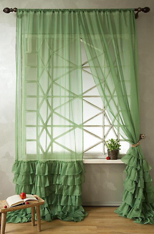 Красивые вуалевые шторы помогают выделить торжественную обстановку