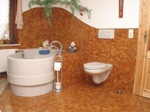 В ванной комнате вы можете положить абсолютно любое напольное покрытие