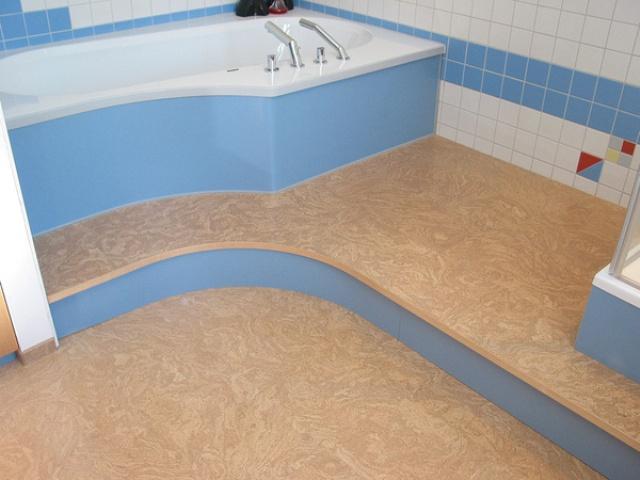 Пробка производится из коры пробкового дерева. Она является прекрасным вариантом для укладки на пол в ванной комнате, так как хорошо восстанавливает форму, экологична, имеет хорошую теплопроводность