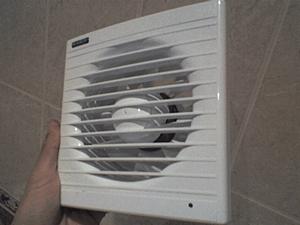 Даже небольшой вентилятор способен в разы усилить отток воздуха