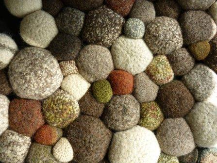 Мягкие морские камушки на коврике смотрятся очень стильно