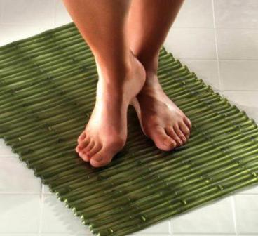 Коврик для ванной должен быть безвредным для человека, не выделять опасных веществ при попадании на него влаги