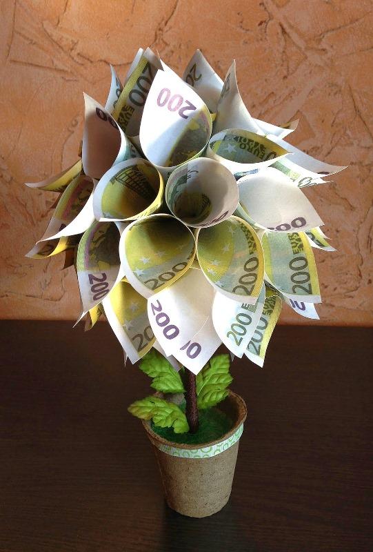 Чтобы топиарий выполнял не только эстетическую функцию, но и привлекал финансовые потоки, его нужно мастерить из денег