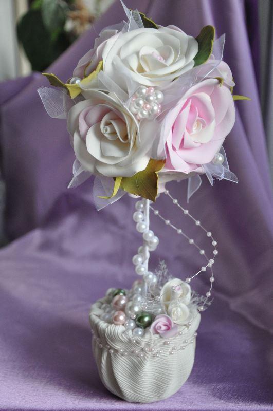 Сестра выходит замуж, свадебный стол украсит белый топиарий, украшенный атласными и бумажными цветами, кружевом, бисером и жемчужными бусинам