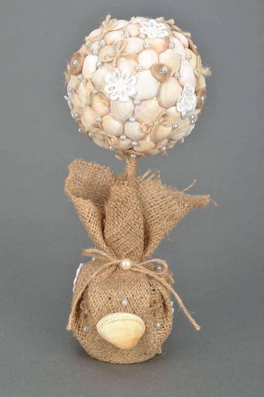 Друзья в отпуск ездят на море, тогда шар сувенира можно украсить сизалем, ракушками
