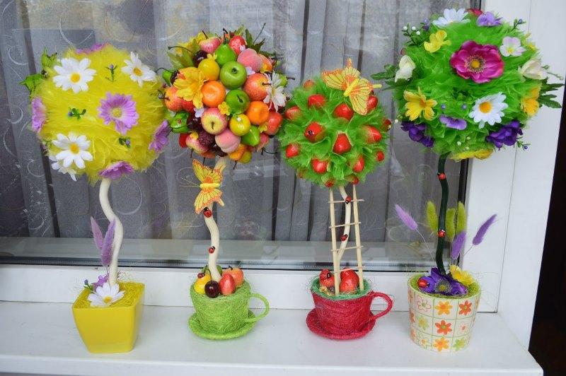 Осенью - маленькие игрушечные фрукты и овощи или мелкие сушеные природные материалы, например, ягоды калины, гербарий