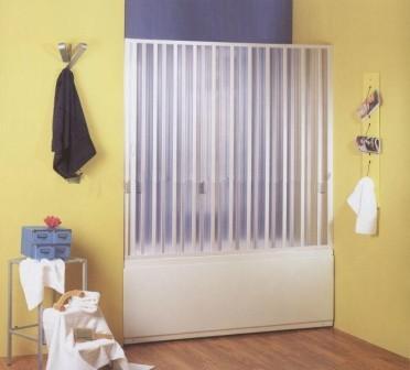 Раздвижные пластиковые шторки очень удобны, но для их монтажа используется дополнительная фурнитура