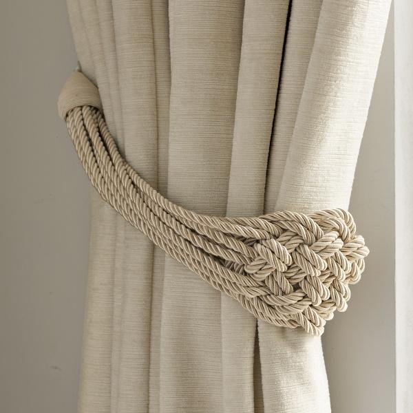 Стильный держатель для штор, сделанный самостоятельно, будет смотреться оригинально и стильно