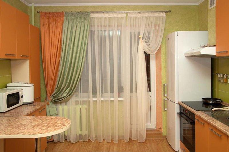 Для кухни и гостиной подойдут неплотные шторы, но не тюль