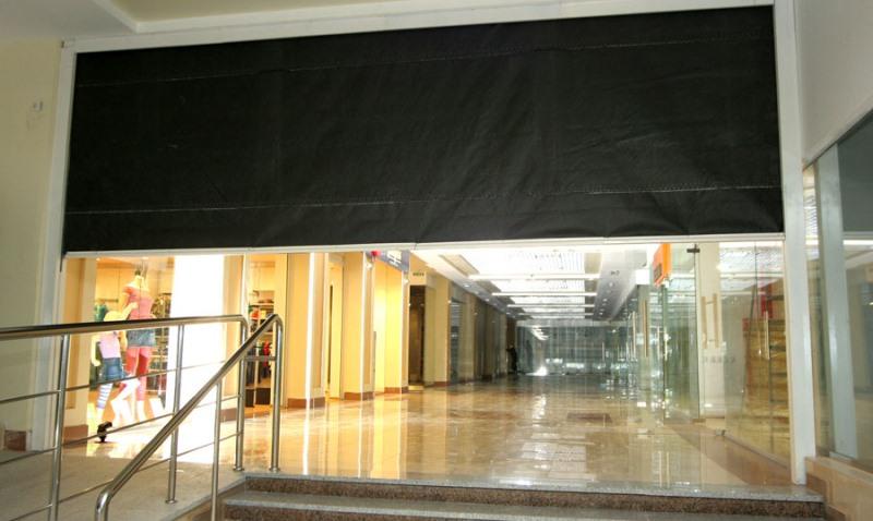 Экран защитных ограждений изготавливается из особой ткани - стекловолокна, которое дополнительно армируют нержавеющей стальной решеткой
