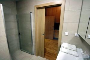 В ванной комнате вы можете установить практичные и недорогие раздвижные двери
